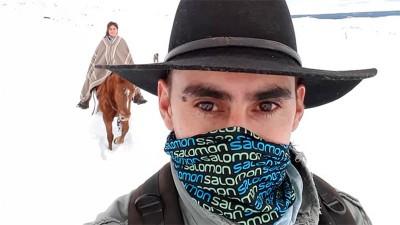 Agente sanitario y enfermera recorren kilómetros sobre la nieve y a caballo