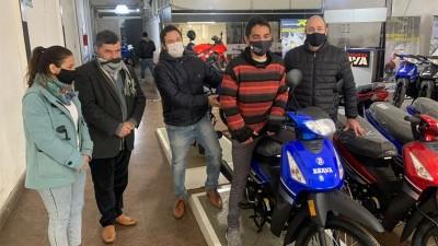 Donaron una moto a paramédico que pedaleaba 6 horas para ir a trabajar