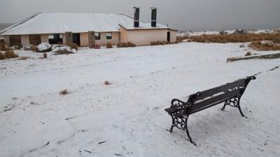 Frío polar: Una intensa nevada empezó a cubrir las Altas Cumbres en Córdoba
