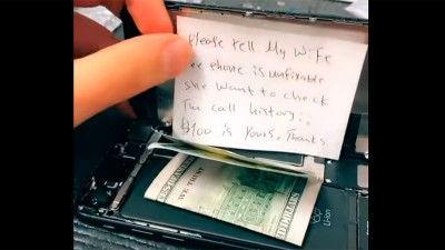 Abrió un celular para repararlo y encontró una misteriosa nota y 100 dólares