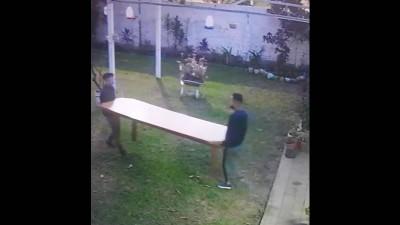 Saltaron un paredón y se robaron una mesa de una parroquia