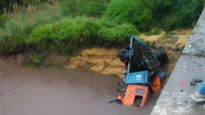 Impactante accidente en la Ruta 18: un camión cayó a un arroyo