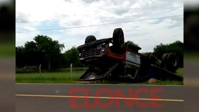 Camión cargado con arena volcó y terminó con sus ruedas para arriba