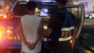 Quiso robar un reflector, lo persiguieron en camioneta y terminó detenido