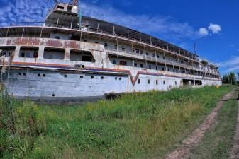 El imponente crucero abandonado a orillas del Río Paraná