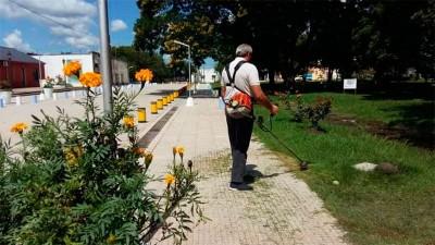 Intendente entrerriano aprovechó el feriado para cortar el pasto en su ciudad
