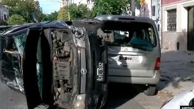 Insólito: mujer chocó varios autos, volcó, salió del rodado y mordió a policías