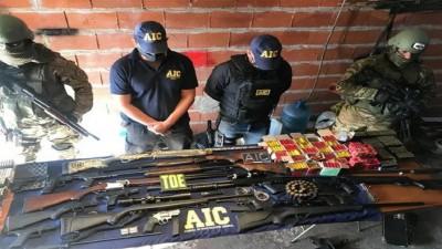 Desbaratan una banda de policías que vendía armas en Victoria y Rosario