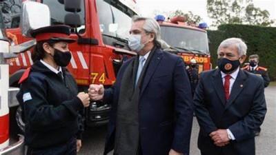 Fernández promulgó la ley que exime del pago de servicios a los bomberos