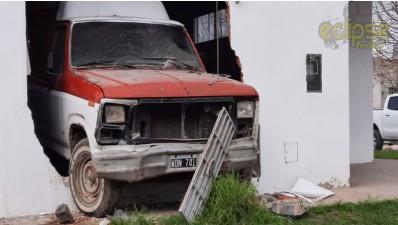 Tres vehículos involucrados en violento choque en calles diamantinas