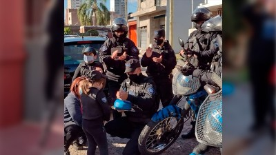 Deseo cumplido: una niña festejó su cumple con la visita de policías motorizados
