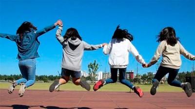 Familia feliz: matrimonio adoptó a cuatro hermanitas para no romper su vínculo