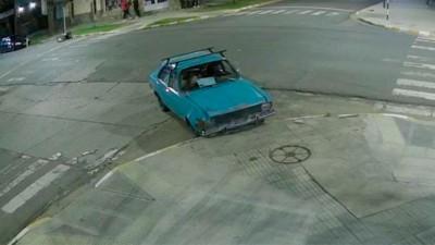 Video: auto sin frenos chocó contra una esquina y lo dejaron abandonado