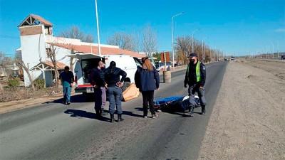 Coche fúnebre frenó de golpe y el ataúd y el cadáver quedaron sobre el asfalto