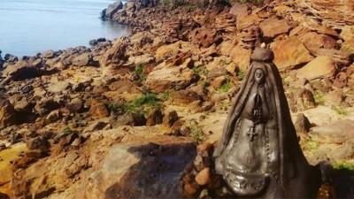 Realizaron una figura con arcilla de la Virgen de Itatí a orillas del río Paraná