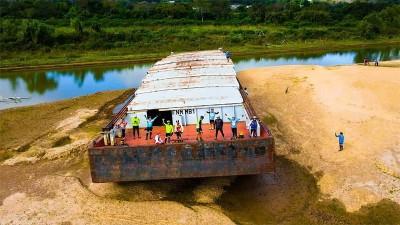 Imágenes: barcaza quedó totalmente al descubierto por la bajante del Paraná