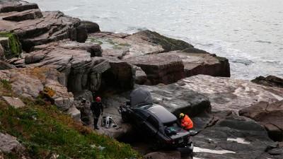 De milagro: salió ileso tras despistar y caer con su vehículo contra rocas