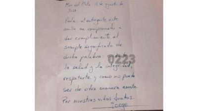 Le pidió matrimonio con una carta y se la olvidó en el bar: nadie la reclamó