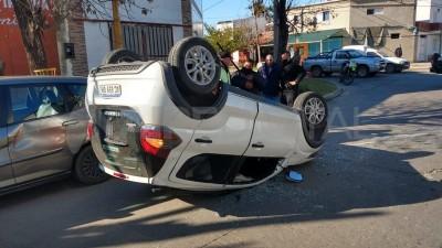 Barrio Los Hornos: chocó y volcó con su auto el mismo día en que terminó de pagarlo
