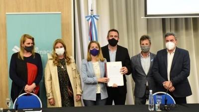 Firma de contrato de obra Desagües Pluviales Alfonsina Storni en Aldea Brasilera