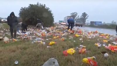 Camión perdió parte de su carga de latas de cerveza y vecinos se las llevaron