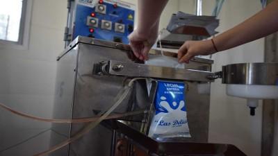 Se puso en funcionamiento la primera ensachetadora de leche escolar en Las Delicias