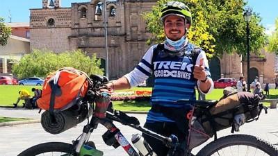 Viajó un año en bicicleta desde México hasta Argentina para ver a su novia