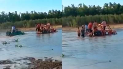 Arenero quedó atascado en el río, Jeep fue al rescate y también se hundió